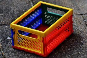 Fara cutii din plastic, in case si in magazine ar fi o dezordine cumplita